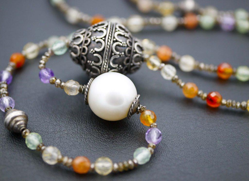 Collier, lang, mit verschiedenen Quarz-, Diamant- und Silberkugeln und Südsee Zuchtperle