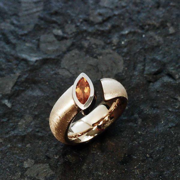 Ring in Gelb- und Weissgold 750 mit Mandarin Granat