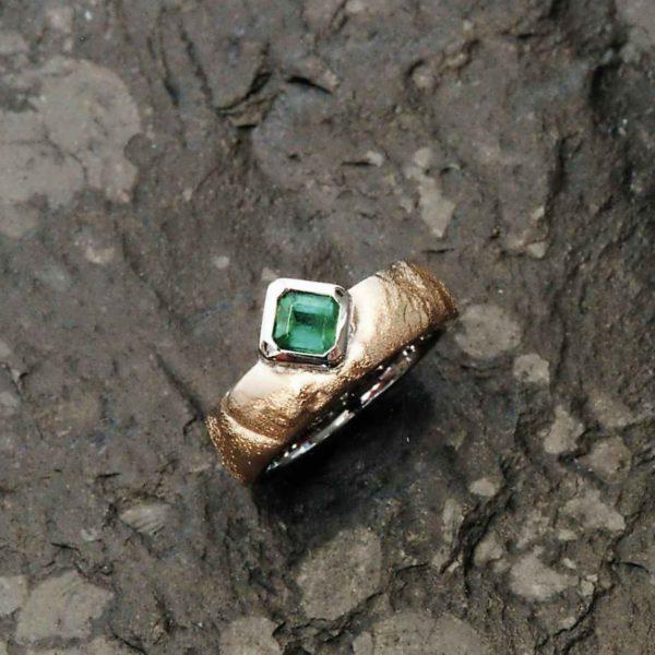 Ring in Weiss- und Feingold mit Smaragd