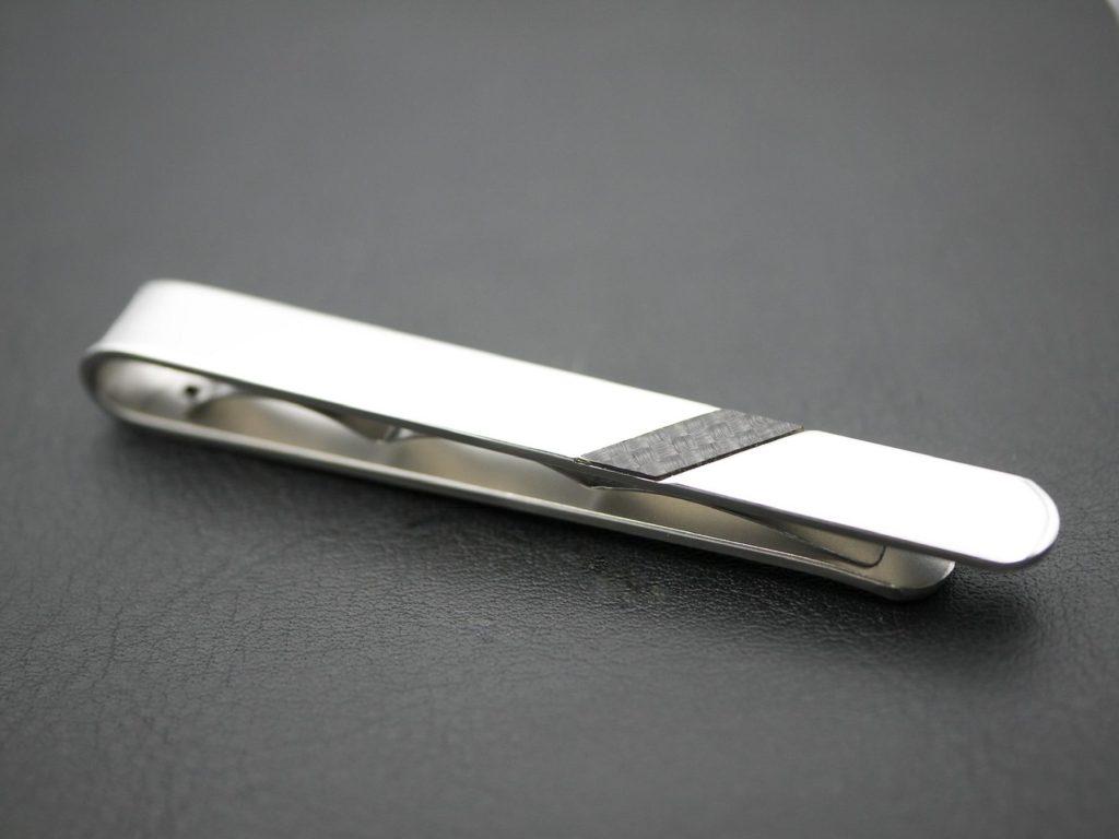 Kravattennadel aus Stahl mit Carbon